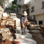 הקמת-גינה-מדרגות-אבן-ומסלעה